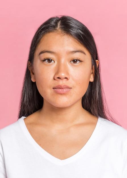 Mulher asian, olhando câmera Foto gratuita