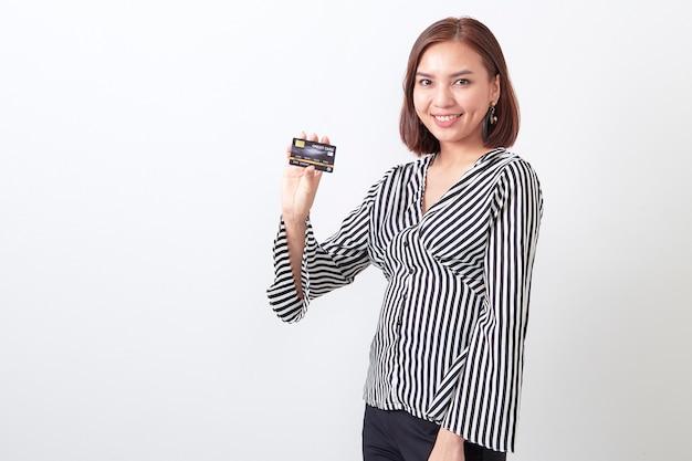 Mulher asian, segurando, cartão crédito Foto Premium