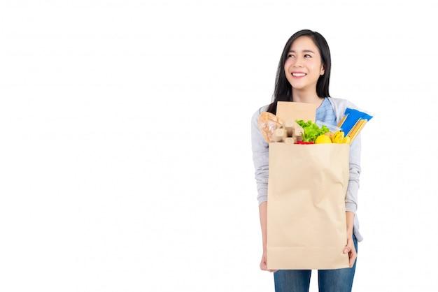 Mulher asian, segurando papel, sacola cheia, de, legumes, e, mantimentos Foto Premium