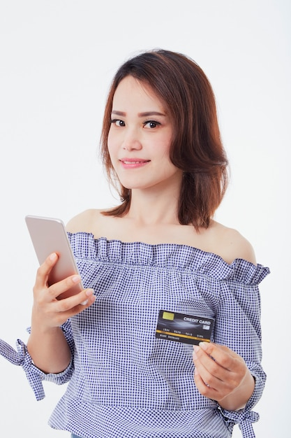 Mulher asian, segurando, smartphone, e, crédito Foto Premium