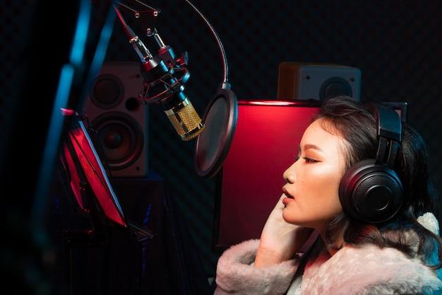 Mulher asiática adolescente cantar música alto poder som Foto Premium