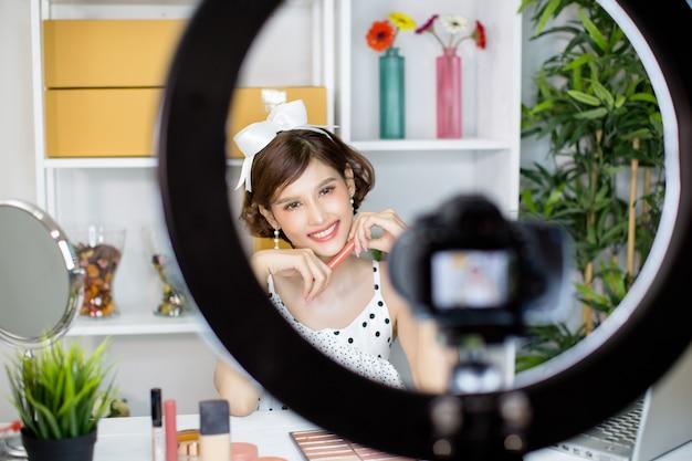 Mulher asiática beleza vlogger ou blogger gravação de maquiagem Foto gratuita