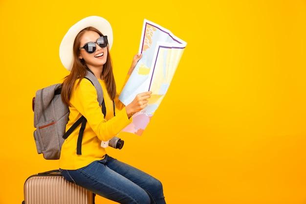 Mulher asiática bonita viajante com equipamento de viagem Foto Premium
