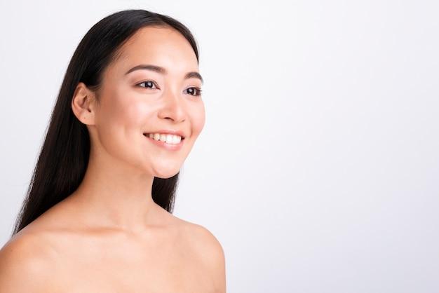Mulher asiática com pele saudável fechar retrato Foto gratuita