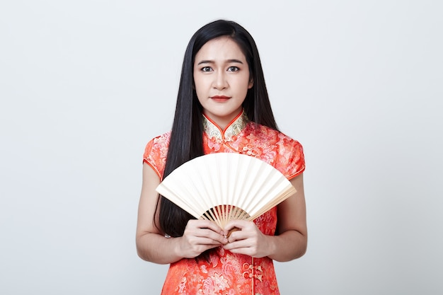 Mulher asiática com vestido vermelho no ano novo chinês Foto Premium
