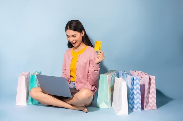 Mulher asiática, compras on-line em casa Foto Premium