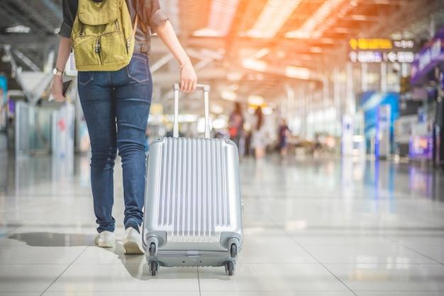 Mulher asiática da beleza que viaja e que guarda a mala de viagem no aeroporto. pessoas e estilos de vida co Foto Premium