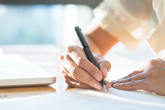 Mulher asiática de negócios assinando um documento de contrato fazendo um acordo. Foto gratuita