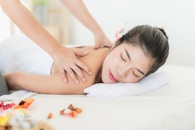 Mulher asiática deitada na cama sentindo relaxar com massagem nas costas Foto Premium