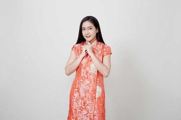 Mulher asiática desgaste cheongsam no ano novo chinês Foto Premium
