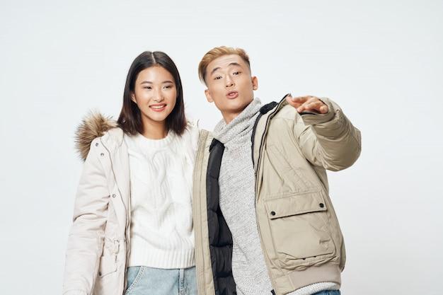 Mulher asiática e homem posando juntos Foto Premium