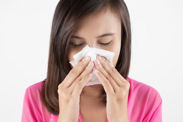 Mulher asiática em desgaste vermelho sentindo-se mal por causa da sinus Foto Premium