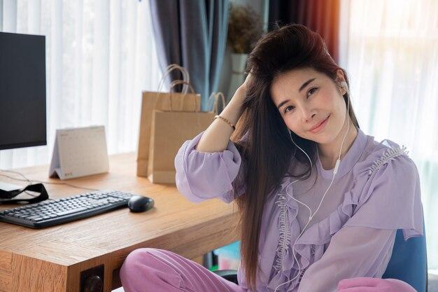Mulher asiática em fones de ouvido, ouvindo música Foto Premium