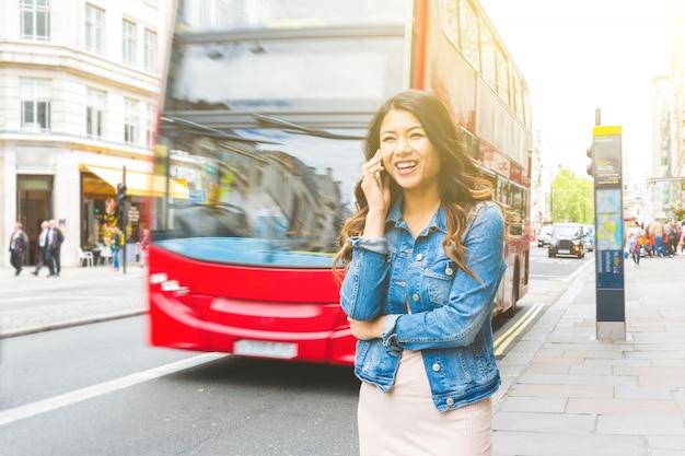 Mulher asiática em londres, falando ao telefone Foto Premium