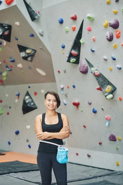 Mulher asiática em pé no clube de escalada Foto gratuita