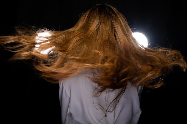 Mulher asiática enrolar estilo de cabelo loiro jogando voando Foto Premium