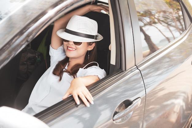 Mulher asiática feliz relaxada no verão roadtrip viagens de férias Foto Premium