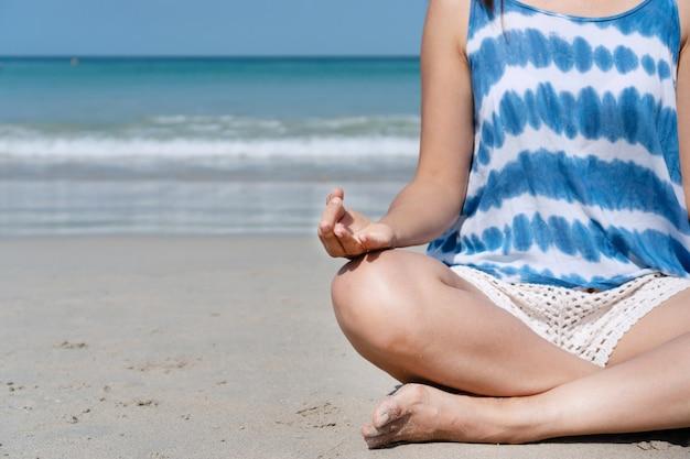Mulher asiática feliz viajante, sentindo-se calmo na praia tropical de férias. verão no conceito de praia. Foto Premium