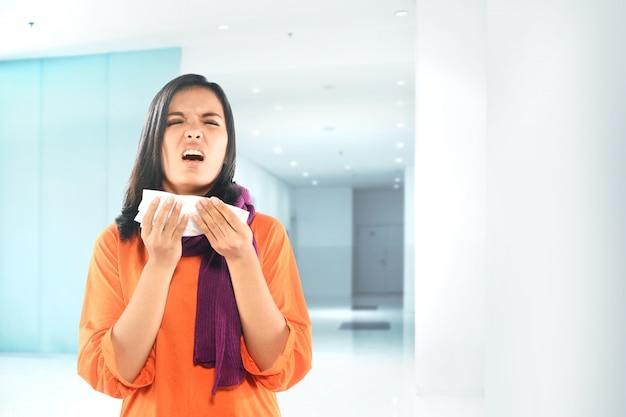 Mulher asiática ficando doente com gripe Foto Premium
