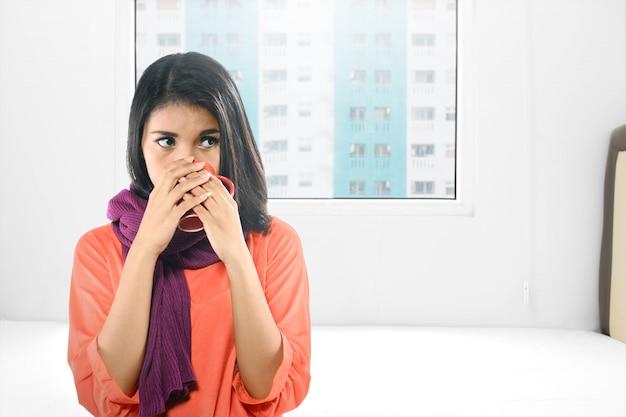 Mulher asiática, ficar doente com gripe, bebeu o chá quente Foto Premium