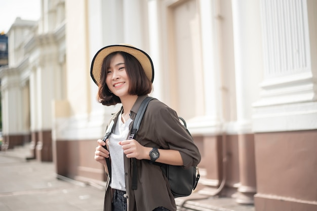 Mulher asiática jovem viajante curtindo o turismo Foto Premium