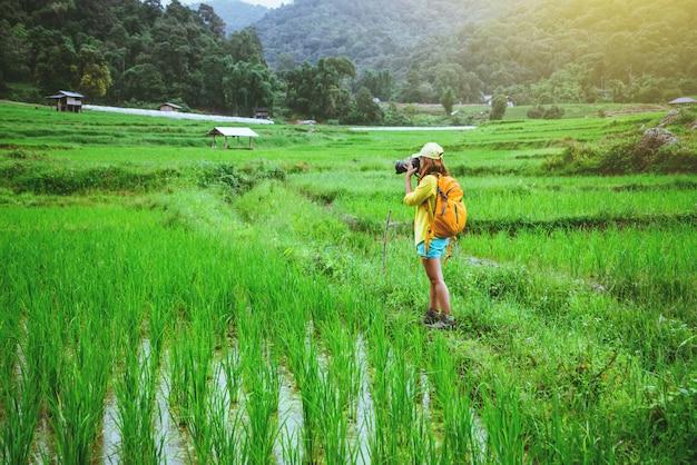 Mulher asiática na natureza Foto Premium