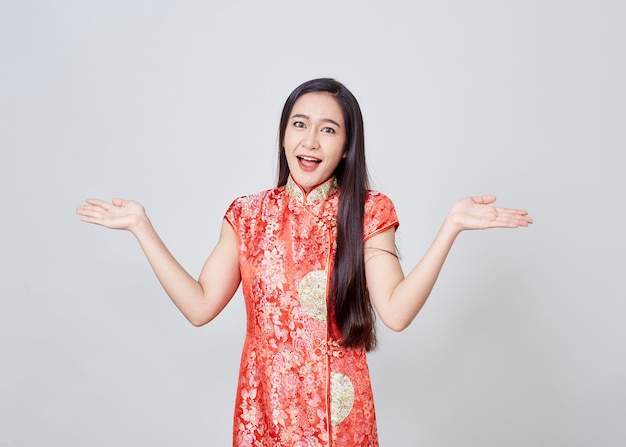 Mulher asiática no vestido chinês cheongsam tradicional Foto Premium