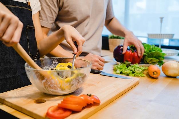 Mulher asiática preparar comida de salada na cozinha Foto gratuita