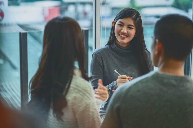 Mulher asiática, profissional, psicólogo, doutor, dar, a, consulta, para, amantes, pacientes Foto Premium
