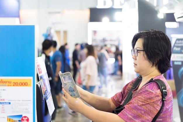 Mulher asiática, qr, varredura, por, móvel, em, loja de departamentos Foto Premium