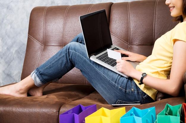 84d103939 Mulher asiática que compra on-line em casa. procurando produto no ...