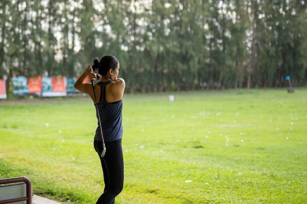 Mulher asiática que pratica seu balanço na escala de condução do golfe de srinakarin. Foto Premium