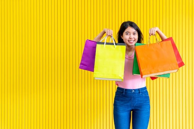 Mulher asiática, segurando sacolas de compras Foto Premium