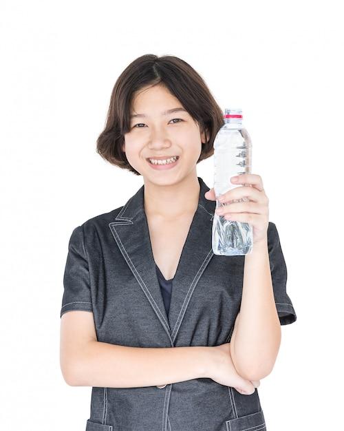 Mulher asiática segurar água engarrafada em branco Foto Premium