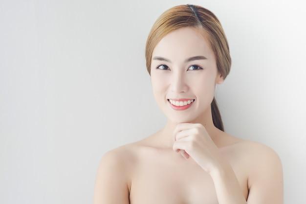 Mulher asiática sexy com rosto de beleza e pele perfeita Foto Premium