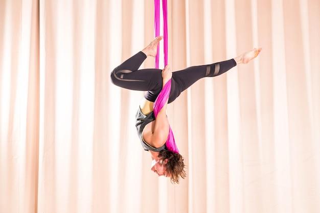 Mulher asiática, treinamento, em, quarto aptidão, com, mosca, ioga, elementos Foto Premium