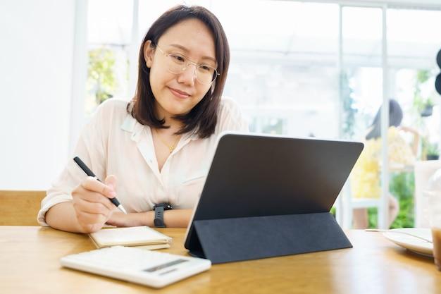 Mulher asiática usando tablet, assistindo aula curso online se comunicar Foto Premium
