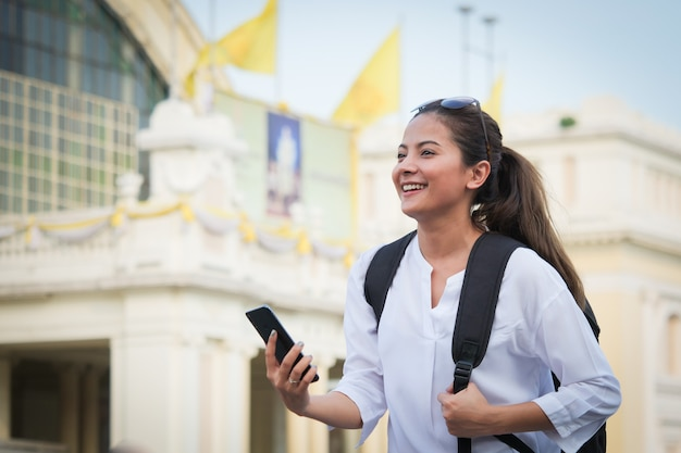 Mulher asiática, viajando com telefone celular Foto Premium