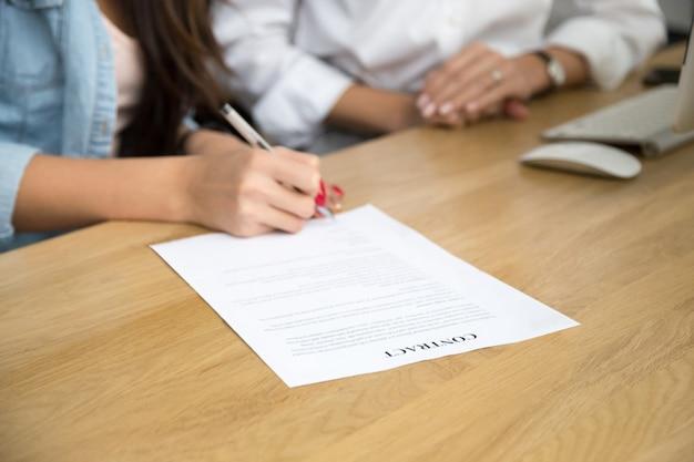 Mulher, assinando, contrato, femininas, mão, pôr, escrito, assinatura, ligado, documento Foto gratuita