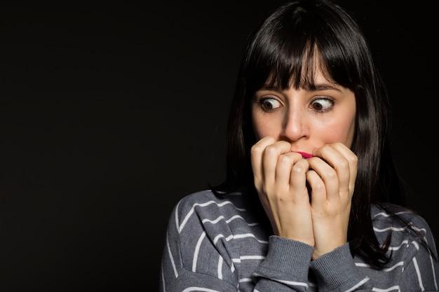 Mulher assustada, cobrindo a boca Foto gratuita