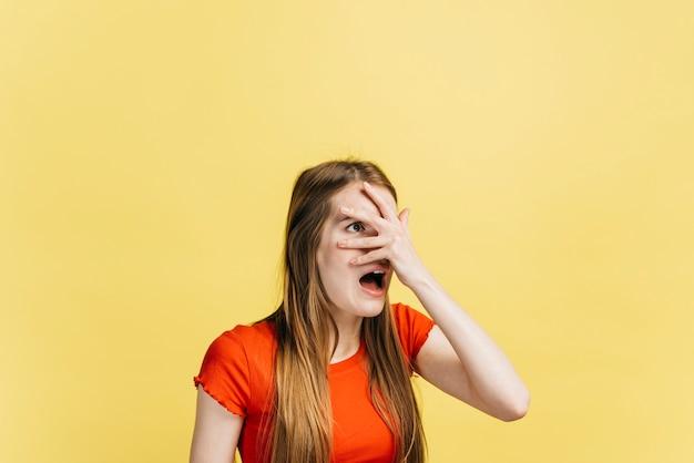 Mulher assustada, cobrindo os olhos Foto gratuita