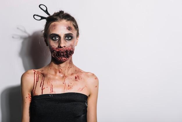 Mulher assustadora com grime assustador Foto gratuita
