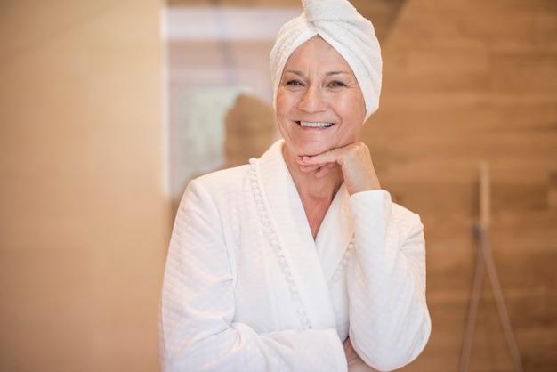 Mulher atraente acaba de tomar banho Foto gratuita