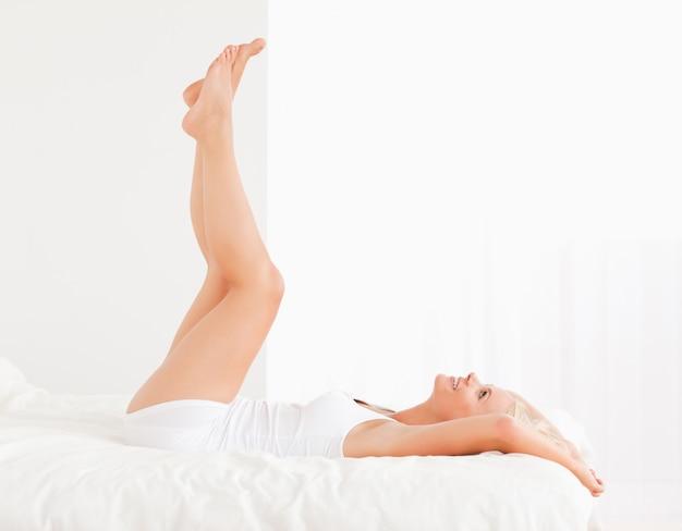 Mulher atraente com as pernas para cima Foto Premium