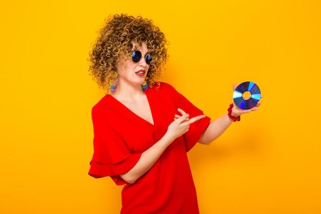 Mulher atraente com cabelos cacheados com disco Foto Premium