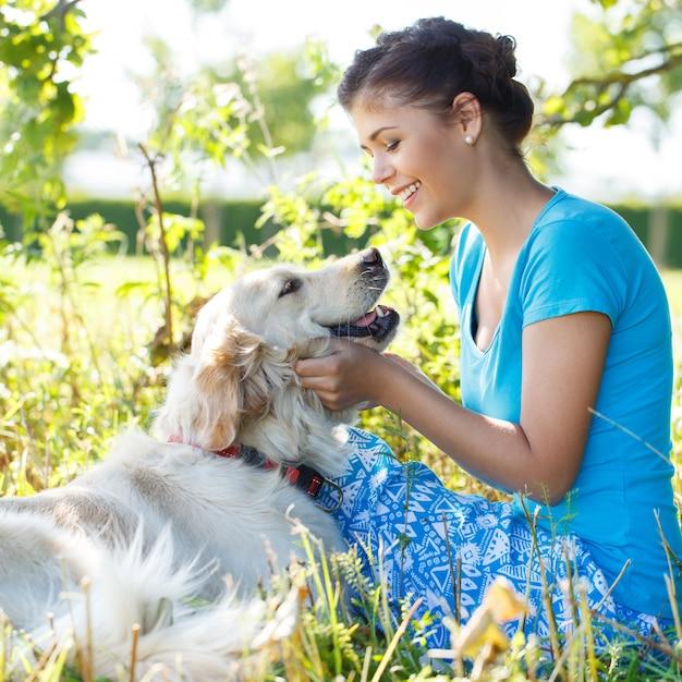 Mulher atraente com cachorro Foto gratuita