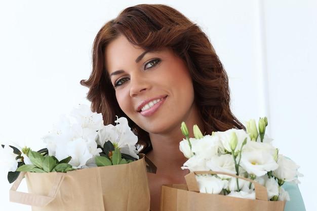 Mulher atraente com flores Foto gratuita