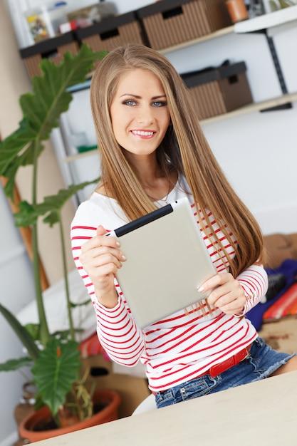 Mulher atraente com tablet Foto gratuita