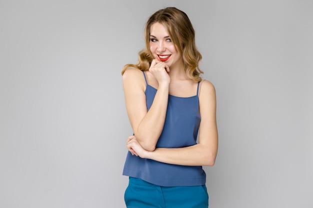 Mulher atraente em roupas da moda Foto Premium