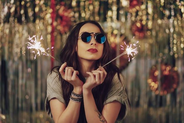 Mulher atraente hipster segurando estrelinhas nas mãos Foto gratuita